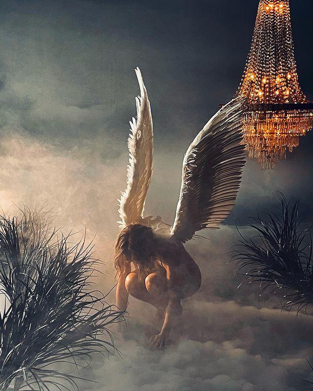 Jennifer Lopez đeo đôi cánh thiên thần trong MV In the Morning.  Ảnh: Instagram J.Lo.