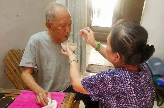 Nghệ sĩ Mạc Can đang được em gái chăm sóc ở nhà riêng tại Hóc Môn. Ảnh: Xuân Nghị.