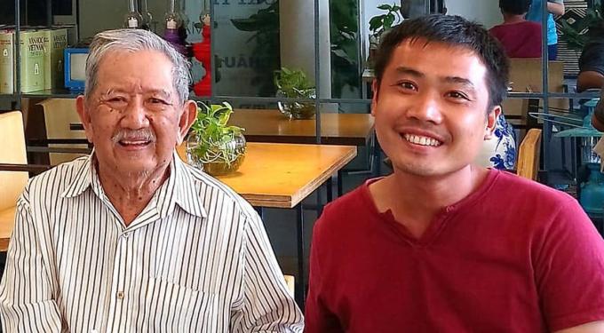 Nhà văn, nghệ sĩ Mạc Can (trái) và anh Võ Xuân Nghị. Ảnh: Xuân Nghị.