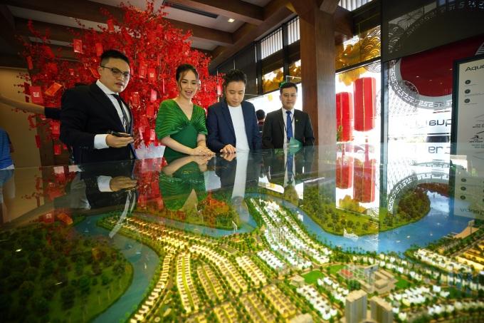 Vợ chồng Victor - Ngọc Diệp được tư vấn tận tình khi tham quan dự án Aqua City, tọa lạc phía đông TP HCM hồi đầu năm 2021. Ảnh: Novaland.
