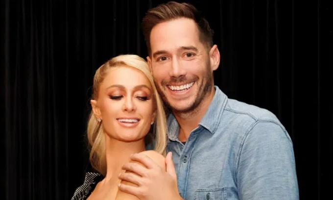 Paris Hilton (trái) nhận lời cầu hôn của bạn trai Reum. Ảnh: Pagesix.