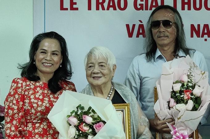 Nhà văn Xuân Phượng (giữa) được trao giải sáng 19/12 tại TP HCM. Ảnh: Hồ Huy Sơn.