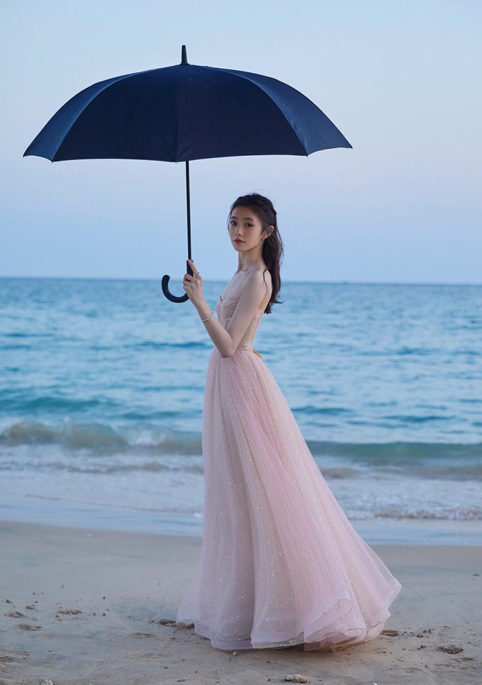 Nàng thơ mới của Trương Nghệ Mưu khoe sắc ở biển - 6