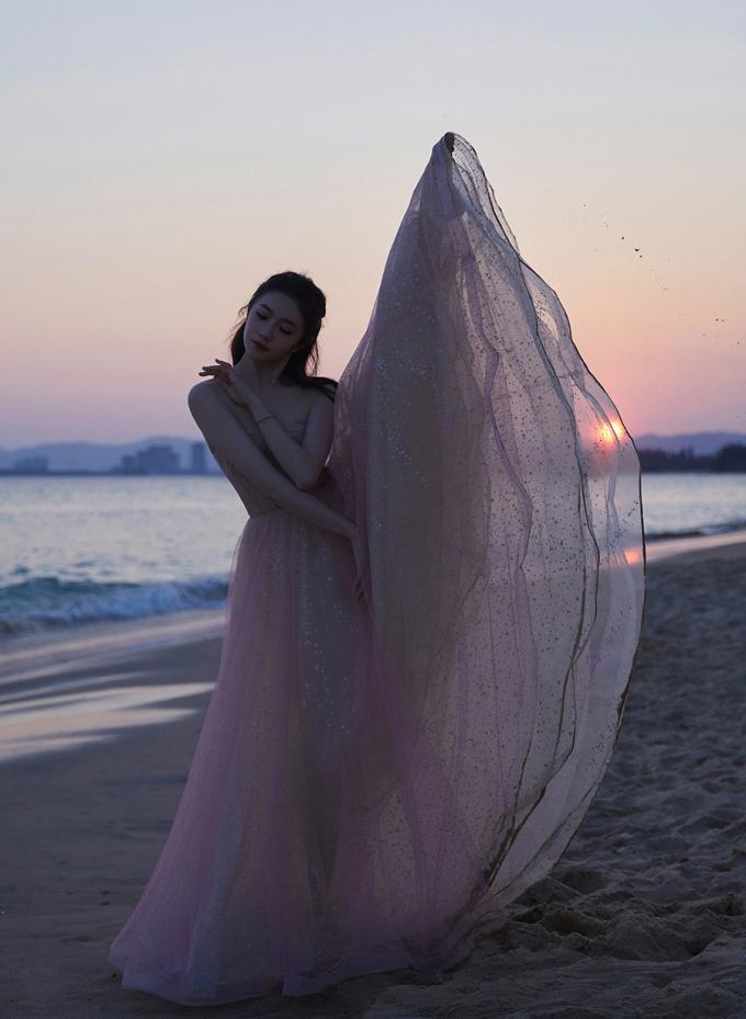 Nàng thơ mới của Trương Nghệ Mưu khoe sắc ở biển - 4