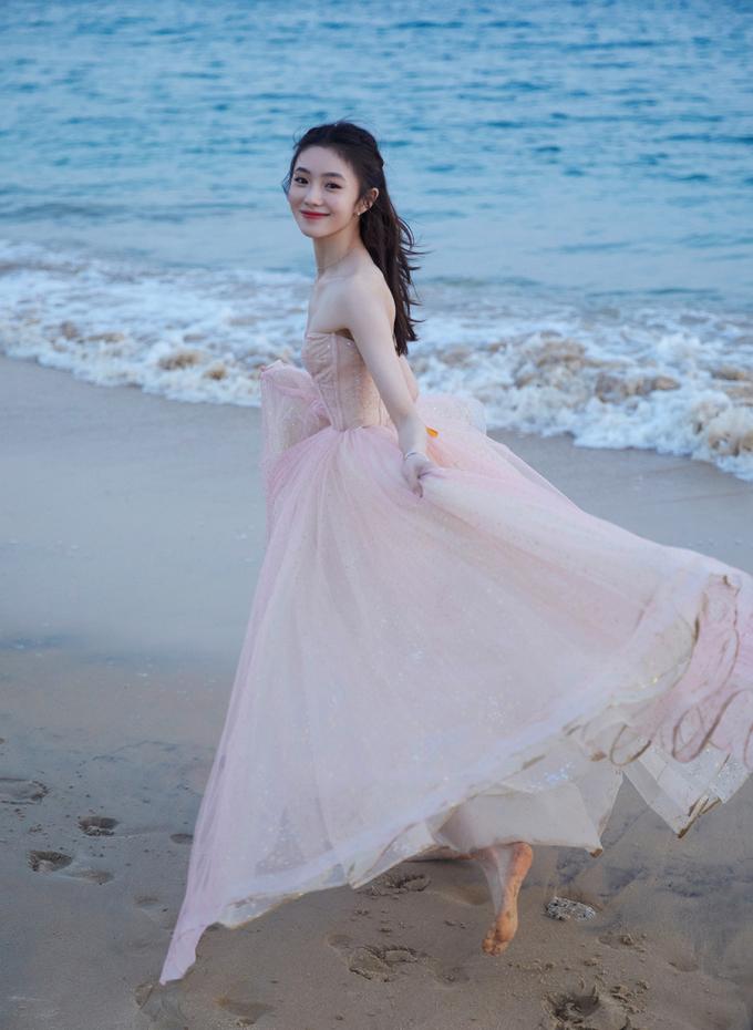 Nàng thơ mới của Trương Nghệ Mưu khoe sắc ở biển - 2