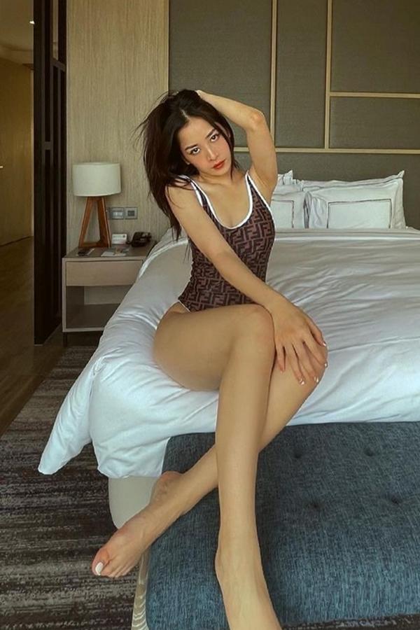 Chi Pu diện swimsuit hiệu Fendi, giá khoảng 14 triệu đồng. Bộ áo tắm đơn giản nhưng giúp cô tôn hông, đùi săn chắc.