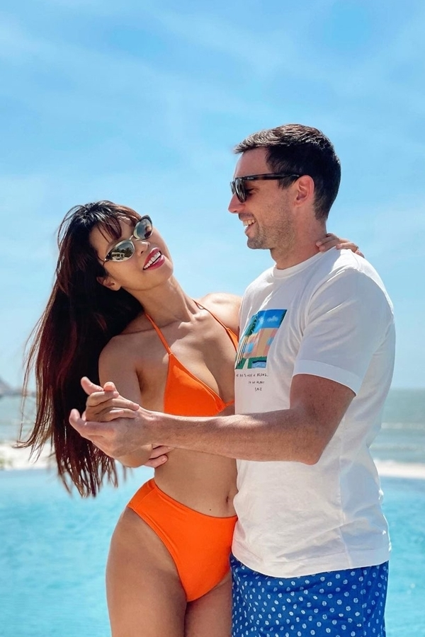 Hà Anh chọn bikini dạng yếm tông cam rực rỡ, phù hợp với làn da nâu nóng bỏng.