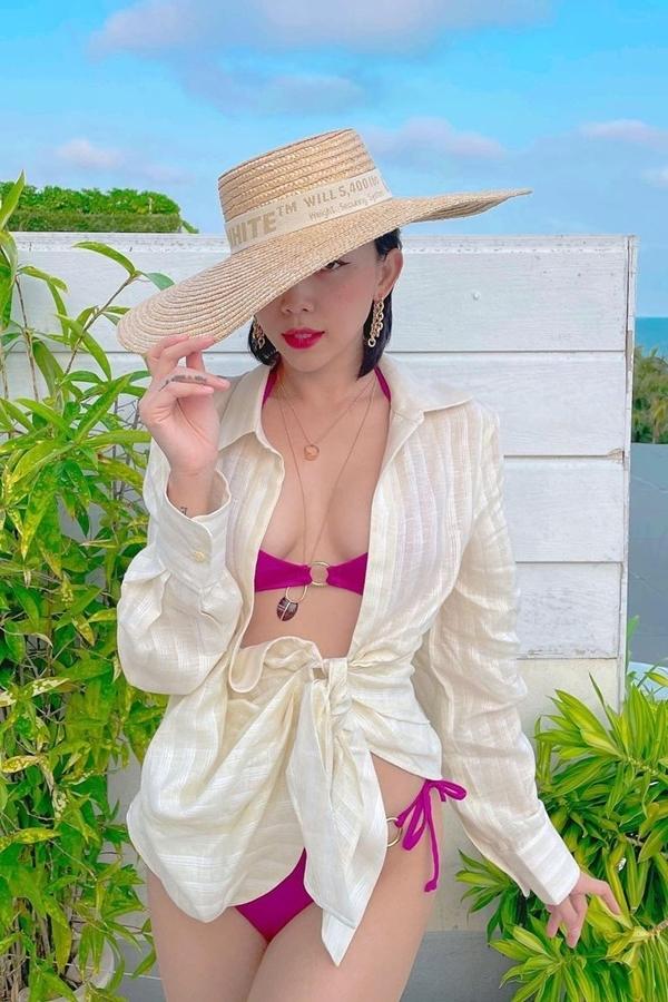 Tóc Tiên nửa kín nửa hở khi phối bikini hồng neon với áo sơ mi lụa.