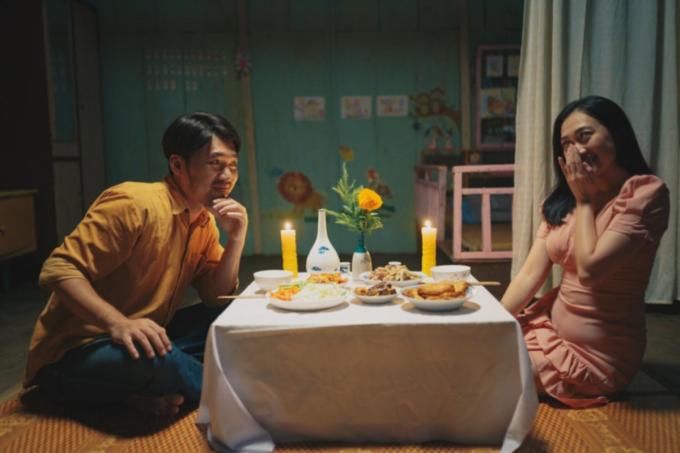 Tiến Luật (trái) đóng cặp Phương Lan trong một cảnh phim Dân chơi không sợ con rơi. Ảnh: Lotte.