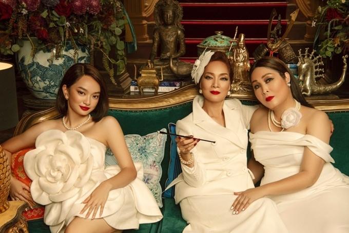 Bạch trà xuất hiện xuyên suốt phim, từ trang phục đến phụ kiện.