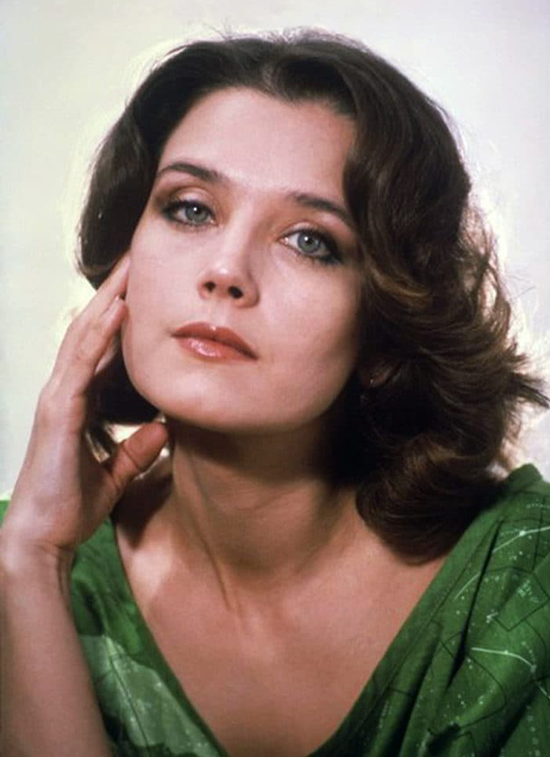 Theo Ria.ru, Irina Alferova chinh phục khán giả nhờ diễn xuất đa dạng. Bà không lặp lại bản thân qua các phim, nhiều khoảnh khắc biểu diễn xuất thần qua ánh mắt.