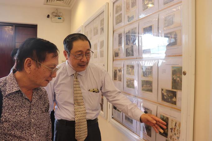Ông Nguyễn Đại Hùng Lộc (bên phải) thuyết minh về bộ sưu tập của mình ở buổi khai mạc triển lãm. Ảnh: Thanh Tuyền.