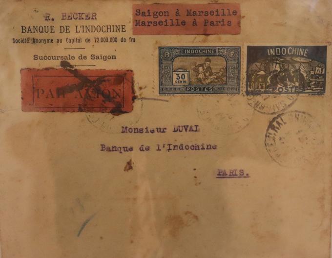 Phong thư và tem in hình người phụ nữ Việt Nam có lịch sử từ thời Đông Dương thuộc Pháp. Ảnh: Thanh Tuyền.