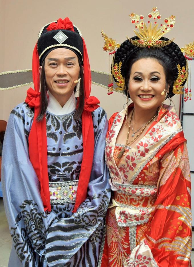 Danh hài Hoài Linh (trái) là khách mời trong show kỷ niệm 40 năm ca hát của Thanh Hằng. Ảnh: