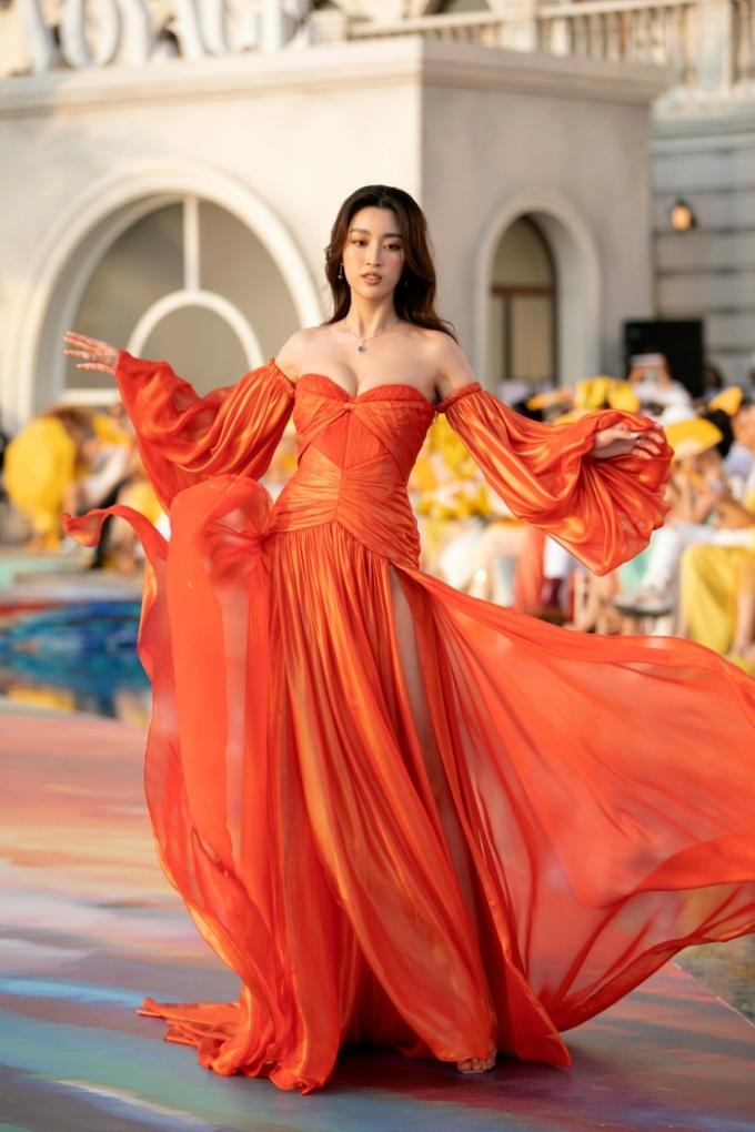Đỗ Mỹ Linh, Lương Thuỳ Linh diễn thời trang dưới hoàng hôn - page 2 - 2