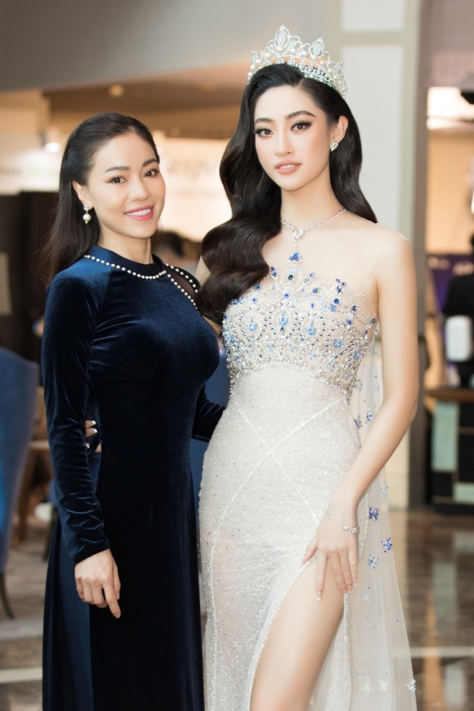 Trưởng ban tổ chức - bà Phạm Kim Dung - và giám khảo Lương Thùy Linh.