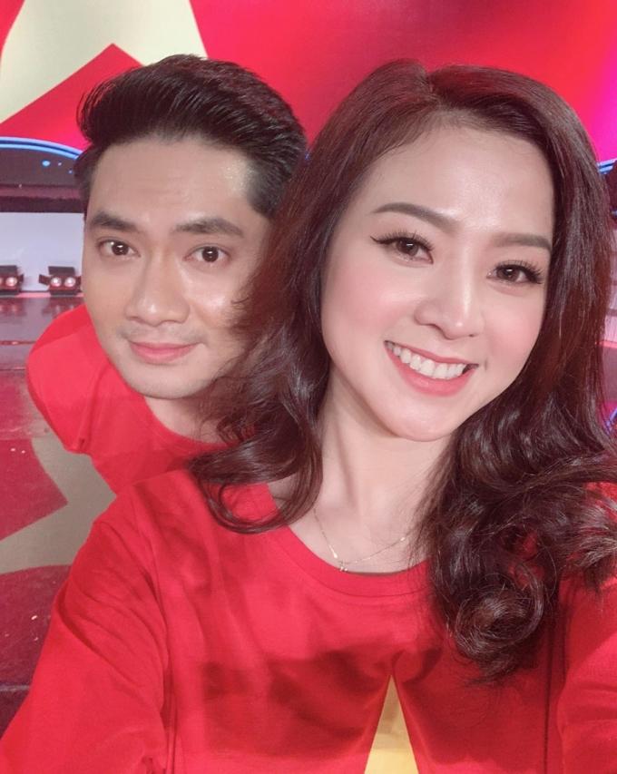 Cả hai trong hậu trường chương trình Giai điệu tự hào năm 2020. Có chung niềm đam mê ca hát, Minh Luân và bạn gái đồng hành trong nhiều chương trình nghệ thuật.  Ảnh: Nhân vật cung cấp.