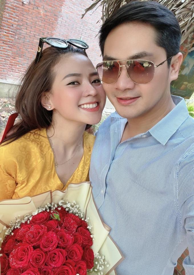 Minh Luân tặng hoa bạn gái trong ngày 8/3.