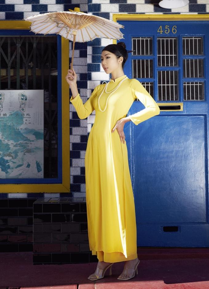 Ngọc Quyên chọn bối cảnh là China town (phố người Hoa) ở Los Angeles để thực hiện bộ ảnh. Theo người đẹp, kiến trúc ở khu phố đậm chất châu Á, phù hợp trang phục áo dài.