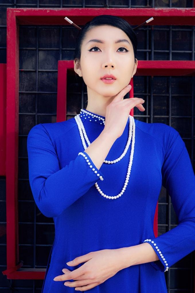Trước khi sang Mỹ, người đẹp từng có thời gian học may, thêu và vẽ áo dài ở Đà Nẵng.