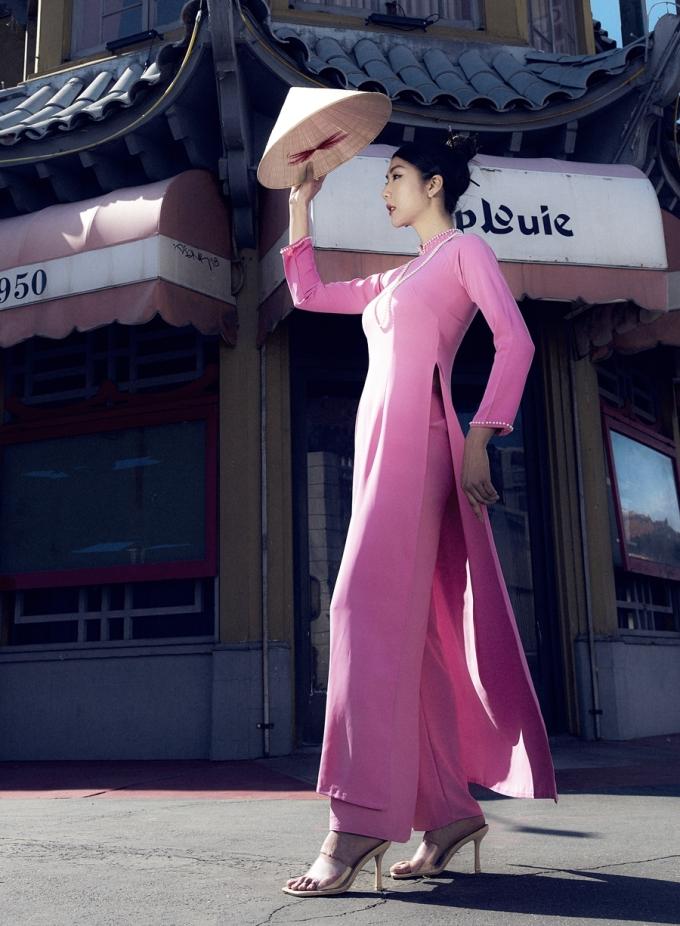 Ngọc Quyên cho biết khi cô mặc áo dài, đội nón lá và bước đi trên đường phố Los Angeles, rất nhiều người nhìn theo với ánh mắt thích thú. Cô tự hào vì góp phần đưa trang phục dân tộc ra thế giới.