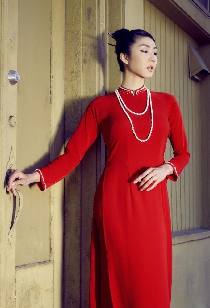 Cô chọn chất liệu lụa cao cấp giúp tôn dáng, thoải mái khi mặc. Ngọc Quyên cho biết cô thích mẫu áo đơn giản theo phong cách truyền thống.