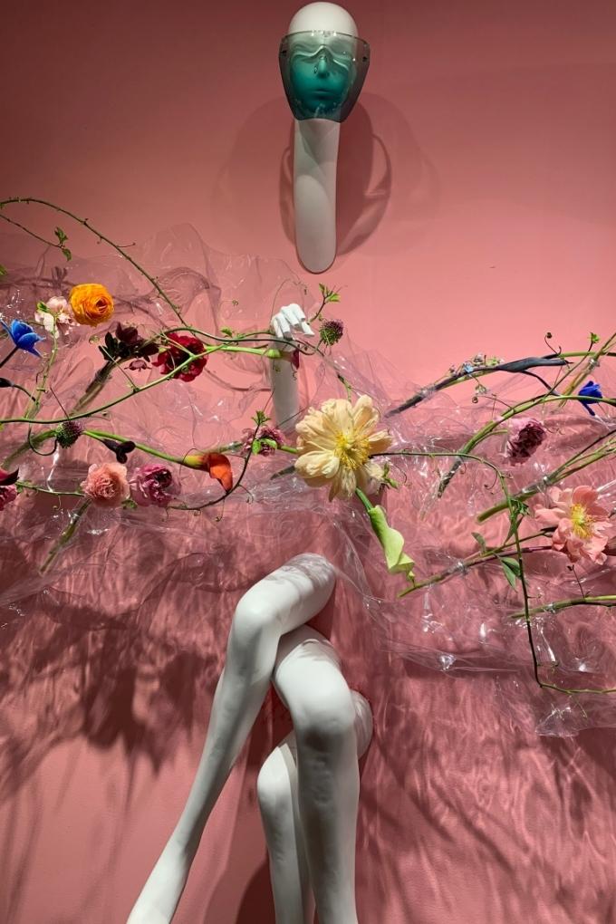Hoa tươi được trưng bày trên những manơcanh, cho phép người xem sờ, ngửi.