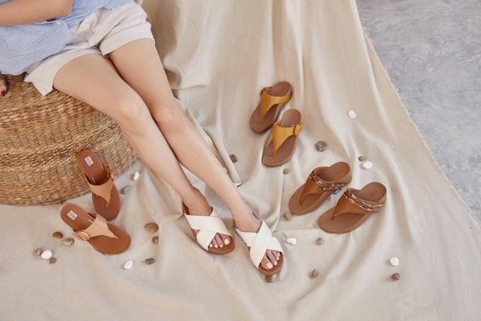 Một trong những kiểu dáng mùa xuân thu hút tín đồ thời trang là giày xỏ ngón và sandals chế tác từ da. Với đế đệm Microwobbleboard, mỗi đôi giày được hỗ trợ chắc chắn với kích thước khoảng 3-4 cm và đường cong ôm trọn lòng bàn chân, mang đến cảm giác thoải mái khi di chuyển cả ngày.