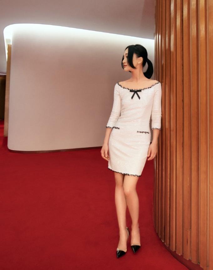 Sina nhận xét Châu Tấn biết cách chọn trang phục ăn gian chiều cao (cô cao 1,6 m), như váy ngắn, quần ống suông dài quá gót chân kết hợp giày cao gót...
