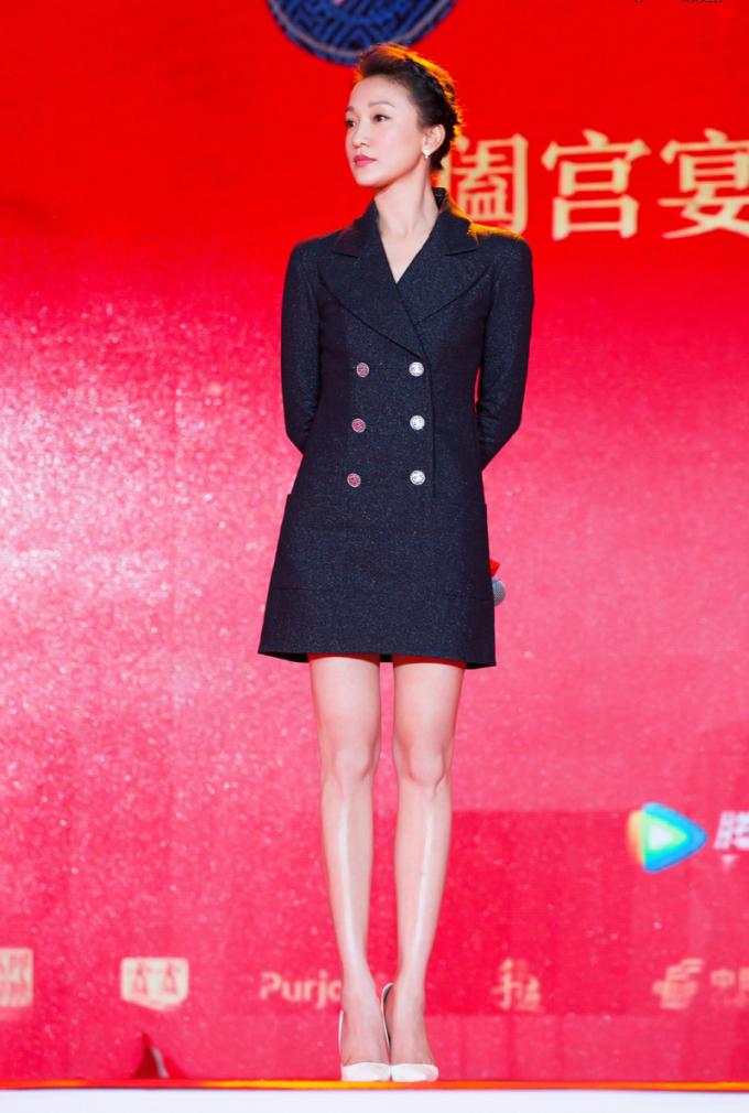 Diễn viên thường xuất hiện với trang phục đơn sắc, các gam màu chủ yếu gồm đen, trắng, xanh đậm.