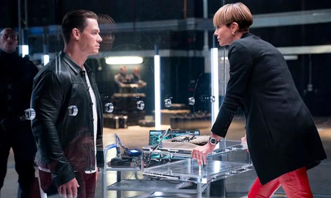 Jon Cena (trái) và Charlize Theron đóng tuyến phản diện trong phim. Ảnh: CGV.