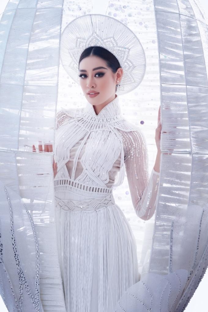 Khánh Vân giới thiệu trang phục dân tộc Kén Em tại họp báo. Ảnh: