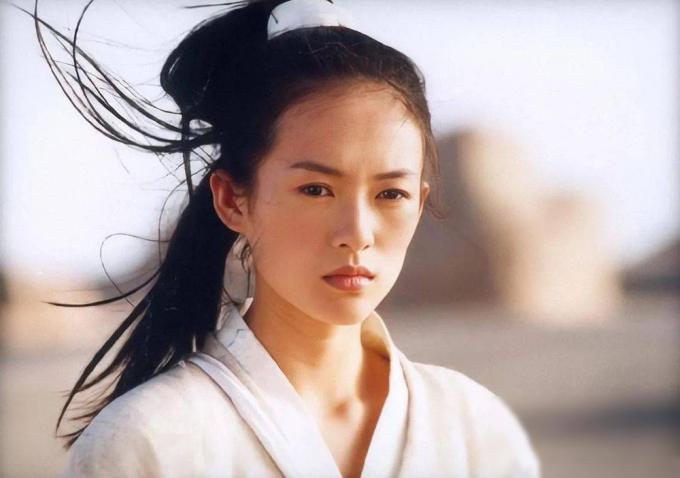 Chương Tử Di đóng Thập diện mai phục, Anh hùng và Đường về nhà của đạo diễn. Trên Sina, Trương Nghệ Mưu cho rằng đường sự nghiệp của Tử Di như một giấc mộng. Cô có năng lực và biết nắm bắt cơ hội.