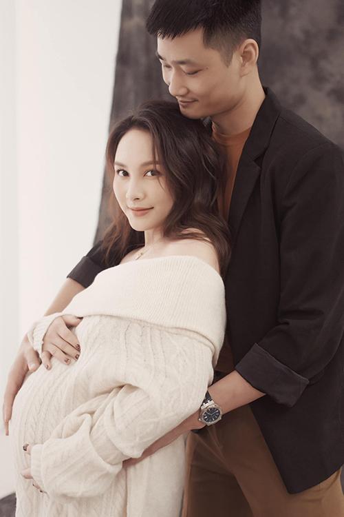 Bảo Thanh chụp ảnh bầu bên chồng. Ảnh: Facebook Bao Thanh.