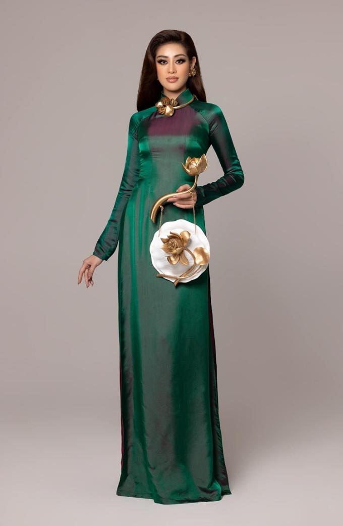Bộ phụ kiện lấy cảm hứng từ hoa sen, đồng điệu với trang phục.