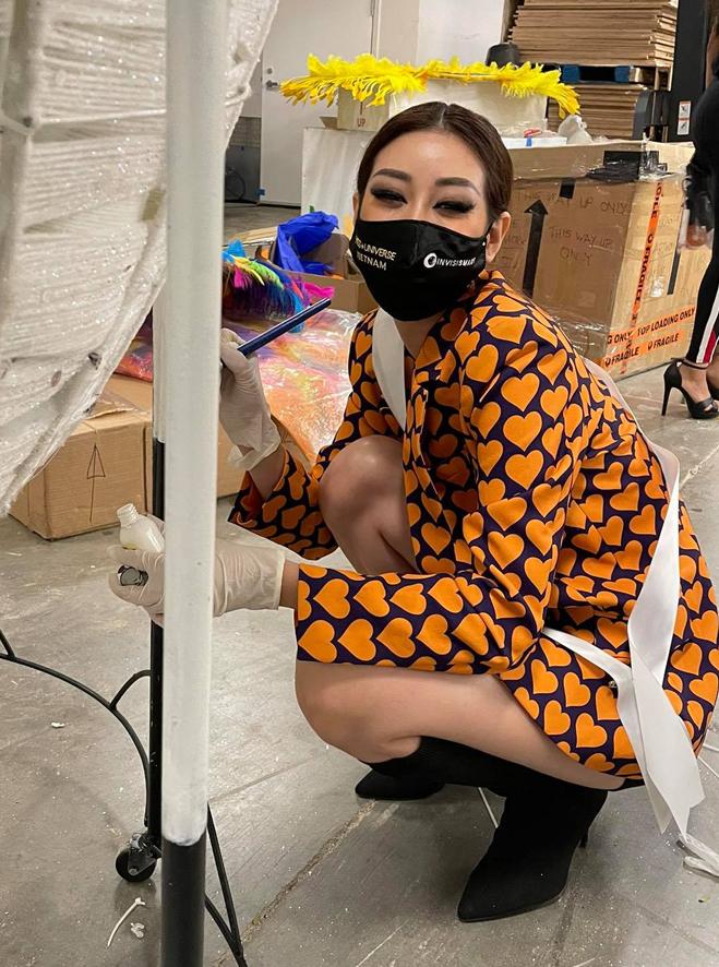 Khánh Vân tự lắp ráp, sơn lại mô hình kén trước khi lên sân khấu.