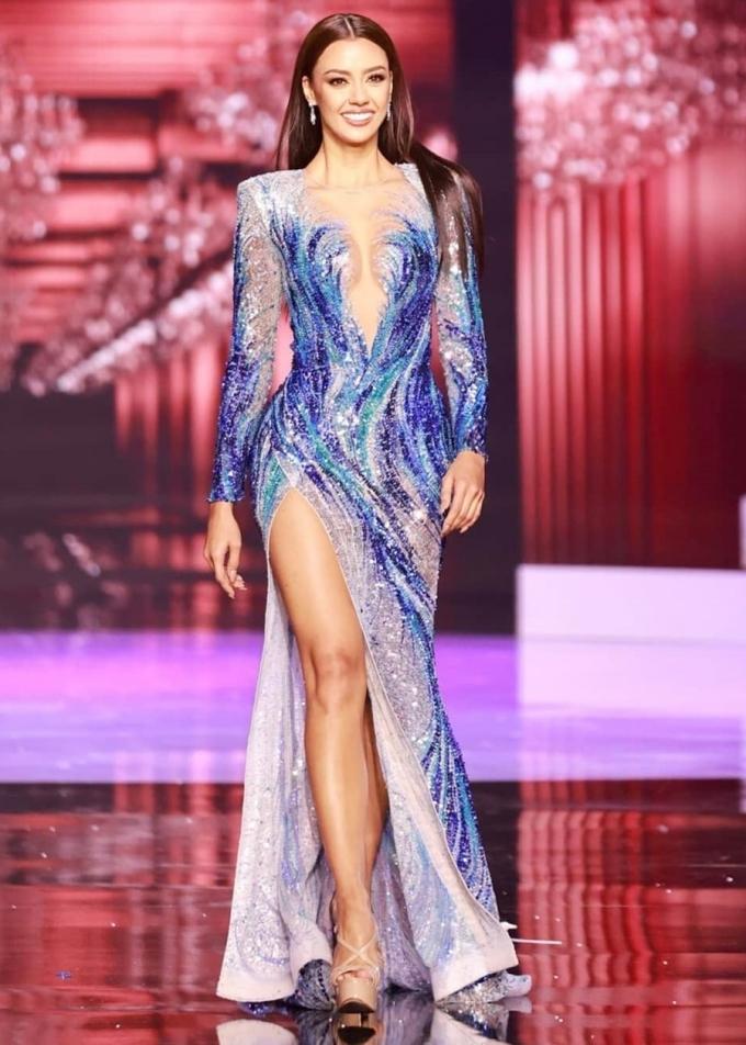 Amanda Obdam - Hoa hậu Hoàn vũ Thái Lan - trong trang phục lấy cảm hứng từ sóng biển. Cô cao 1,7 m, nặng 50 kg, là người mẫu. Cô mang theo 150 bộ đồ, 60 đôi giày cùng nhiều bộ trang sức để dự thi.