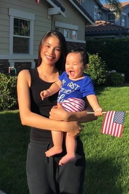 Phạm Hương và con trai lúc bé bốn tháng tuổi. Max được mẹ khen thông minh, thừa hưởng nét của bố lẫn mẹ.