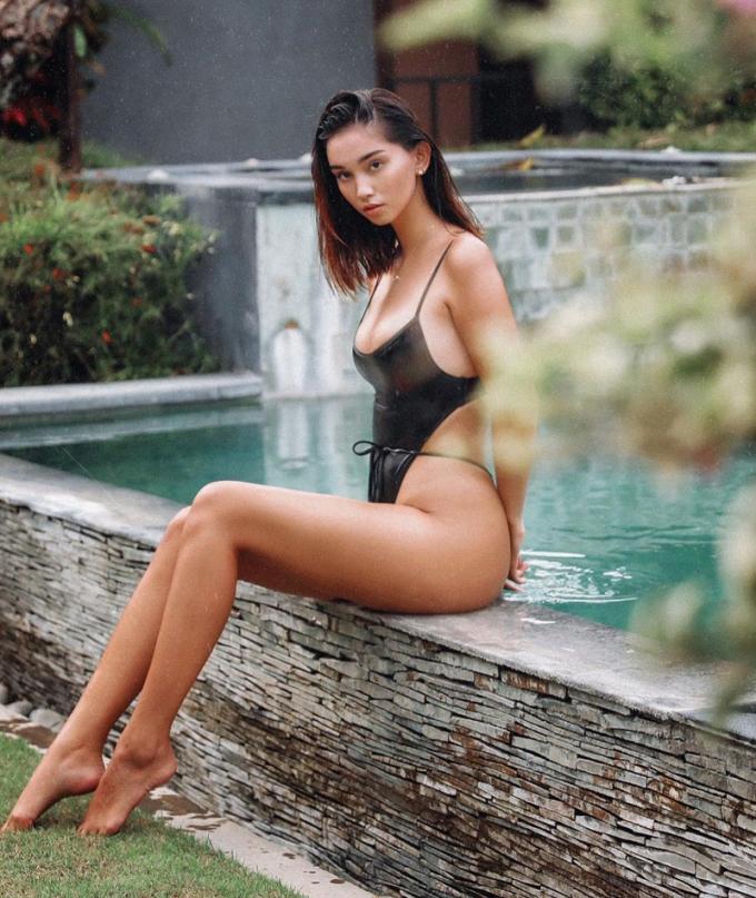 Cô chuộng các mẫu bikini buộc dây, cắt khoét, khoe hình thể.