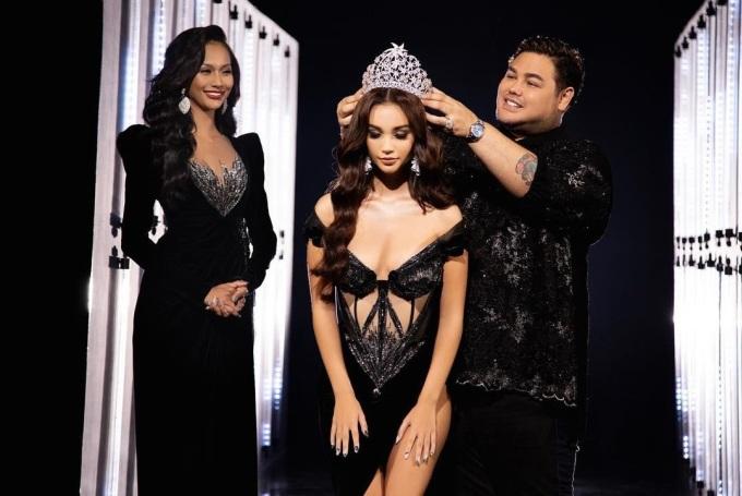 Ngày 20/5, đơn vị tổ chức Miss Grand Indonesia công bố Sophia Rogan sẽ đại diện đất nước thi Miss Grand International năm nay. Lễ trao vương miện được phát trực tuyến, với sự tham gia của Aurra Kharishma (trái) - Miss Grand Indonesia 2020 và ông Ivan Gunawan - đại diện ban tổ chức. Buổi lễ hạn chế người tham dự nhằm phòng tránh Covid-19.