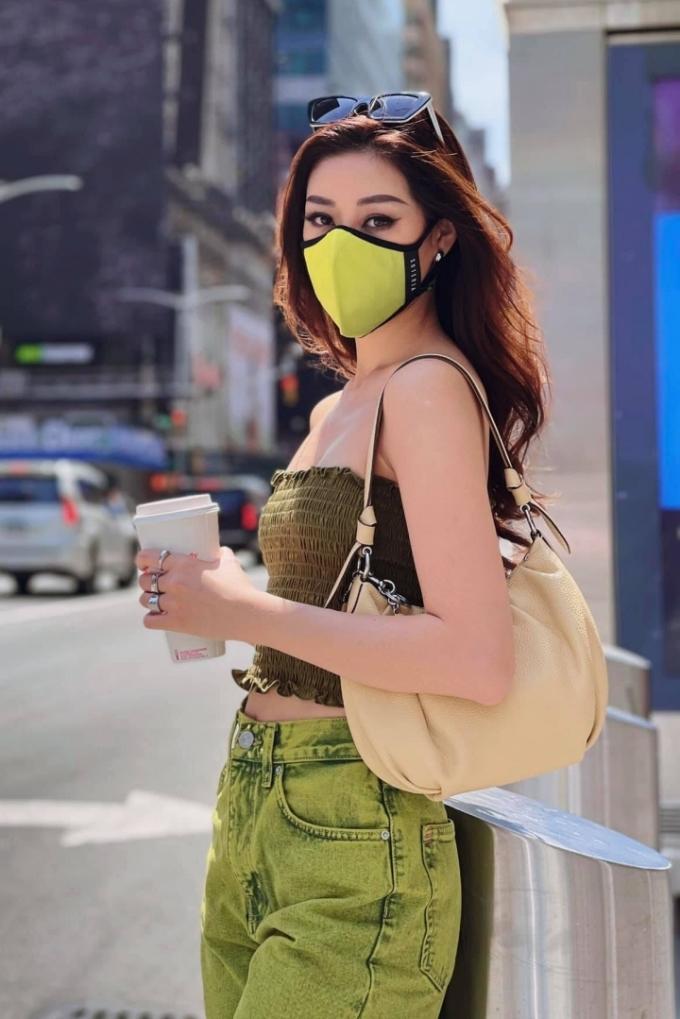 Xanh lá là gam màu yêu thích của người đẹp. Trang phục ứng dụng của cô phần lớn màu xanh lá, phối khẩu trang đồng điệu.