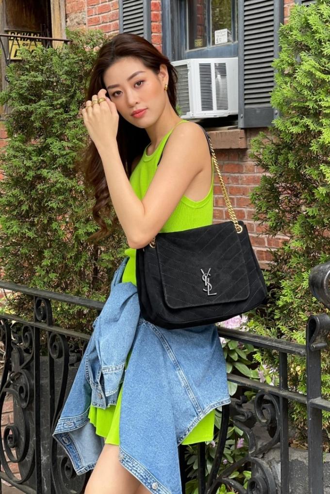 Khánh Vân diện váy suông màu xanh chuối
