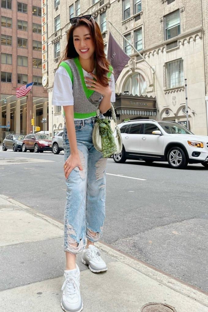 Khánh Vân phối ba lớp áo thun cùng quần jeans rách khi xuống phố những ngày se lạnh.