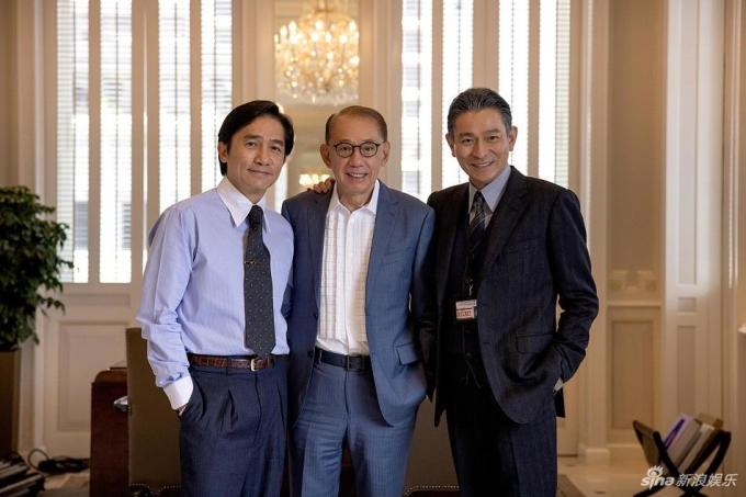 Từ trái sang: Lương Triều Vỹ, nhà sản xuất Dương Thụ Thành, Lưu Đức Hoa ở trường quay Ngón tay vàng. Ảnh: Sina.