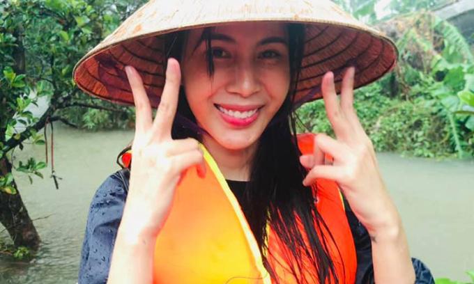 Ca sĩ Thủy Tiên trong đợt cứu trợ lũ lụt ở miền Trung tháng 10/2020. Ảnh: Thủy Tiên fanpage.