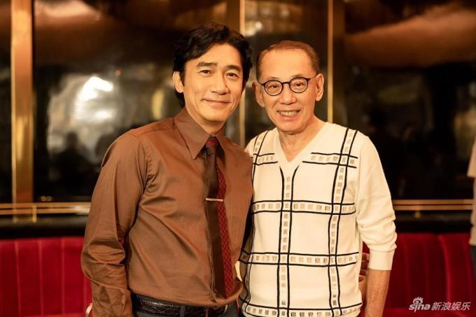 Ông Dương Thụ Thành tới trường quay xem Lương Triều Vỹ đóng phim. Ảnh: Sina.
