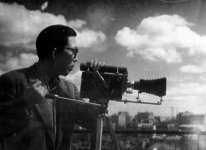 Mai Trung Thứ quay phim trong chuyến thăm của Chủ tịch Hồ Chí Minh tại Paris, Pháp năm 1946. Ảnh: Mai-thu.fr
