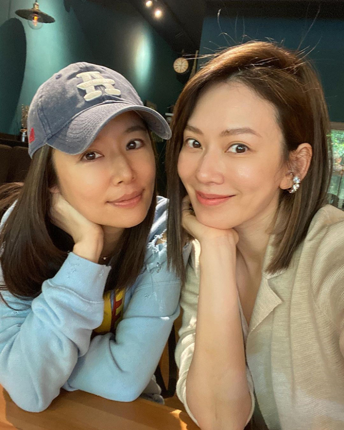 Diễn viên đi uống cà phê cùng bạn thân của cô - ca sĩ kiêm MC Đài Lan Melody (phải) - hồi tháng 3.