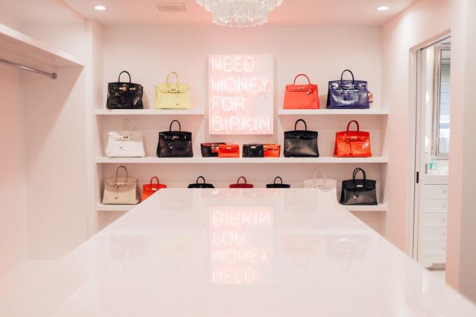 Phòng trưng bày túi của Kris Jenner, trong đó có 20 mẫu Birkin khác nhau với tổng giá trị lên tới 500.000 USD. Ảnh: Randy Tran.