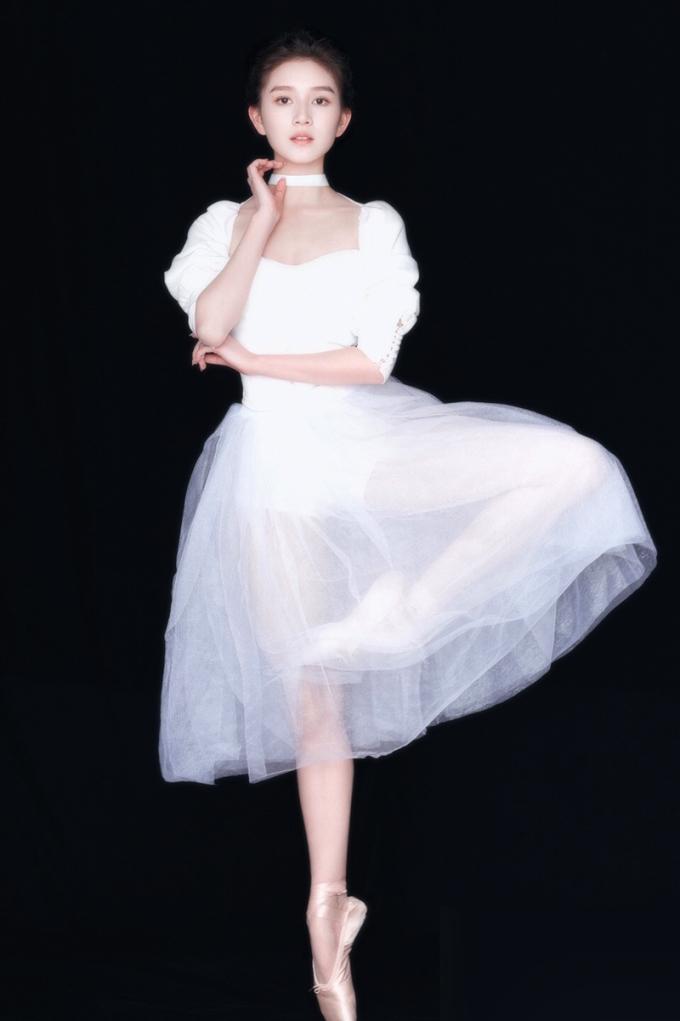 Nguyễn Cự sinh ở tỉnh Quý Châu, học múa ballet từ nhỏ. Do bị thương, cô từ bỏ đam mê múa, chuyển sang chinh phục mảng phim ảnh. Hiện Nguyễn Cự học khoa Biểu diễn ở Học viện Hý kịch.